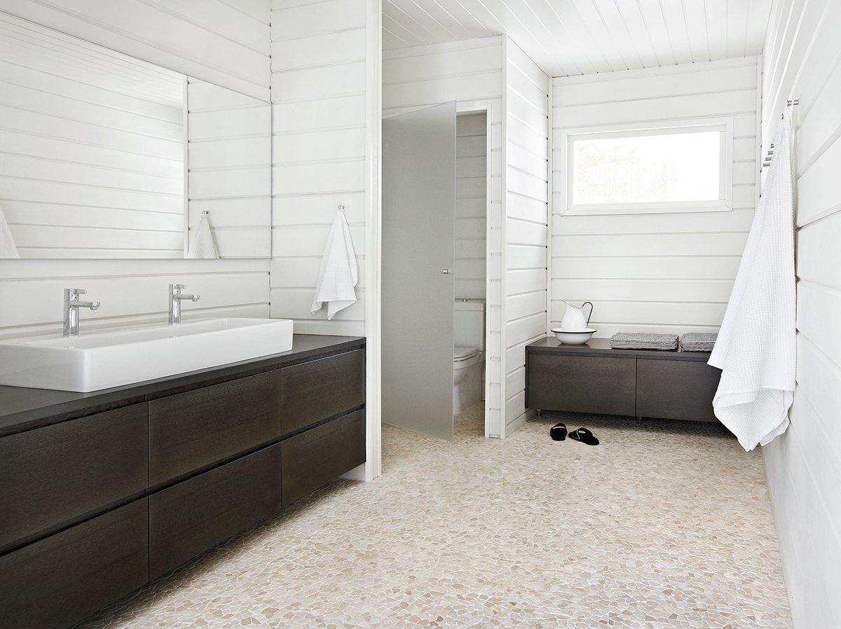 Kaunis kivi lattiassa tuo arvokkuutta kylpyhuoneeseen.
