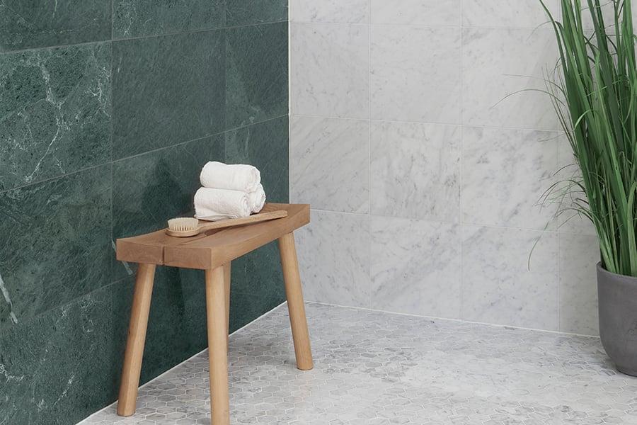 Verde Guatemala ja Carrara marmori yhdistelmä toimii